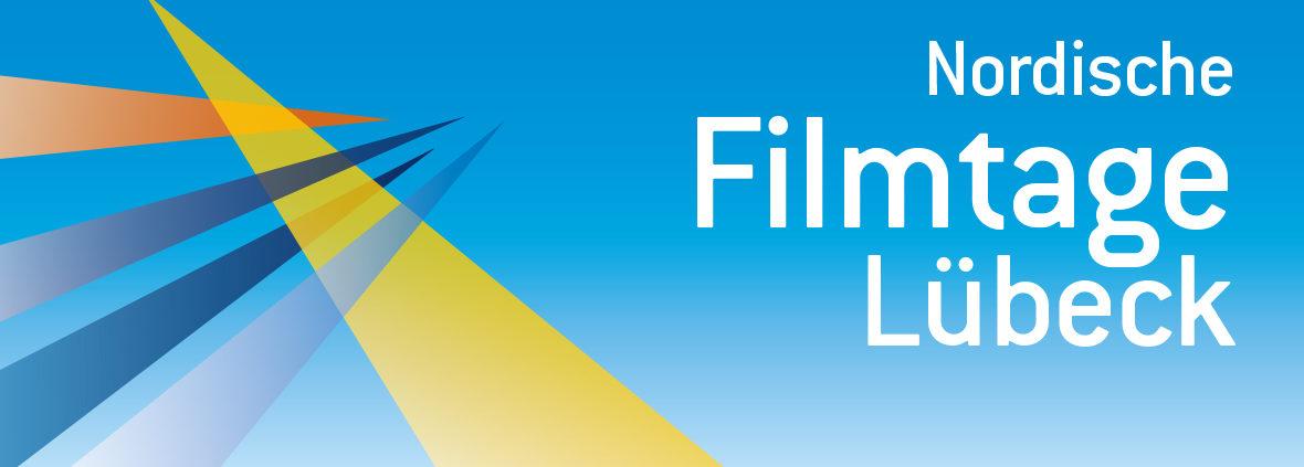 Vor blauem Hintergrund überkreuzen sich auf der linken seite 5 verschieden farbige, von unten in das Bild ragende Spitzen. Rechts daneben steht in weißer Schrift: Nordische Filmtage Lübeck
