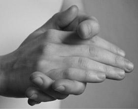 In schwarz-weiß: Eine Hand liegt in einer anderen