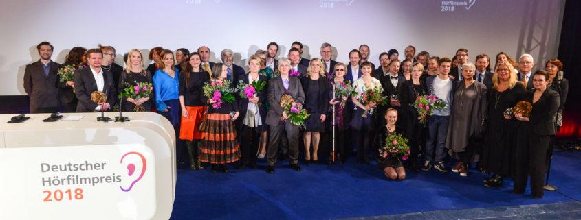 Alle Preisträger auf der Bühne beim 16. Deutschen Hörfilmpreis am 20. März 2018