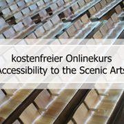 """Vor leeren Stuhlreihen eines Hörsaals in schwarzer Schrift auf einem durchscheinenden, weißen Rechteckt: Kostenloser Onlinekurs """"Accessibility to the scenic Arts"""""""